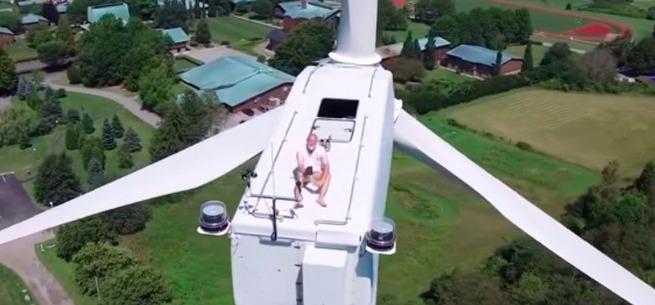 YouTube: dron descubre a hombre que tomaba el sol sobre turbina eólica
