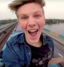 YouTube: 'Surf' extremo en el techo del metro de Kiev